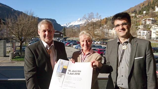 Hubert Tomaschett (san.) cun Barbara Janom-Steiner (patrunadi) e Marcus Caduff (pres. co).