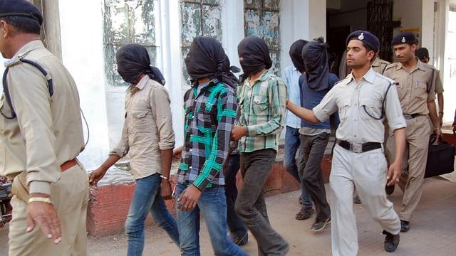 Die mutmasslichen Täter nach ihrer Festnahme durch die Polizei.