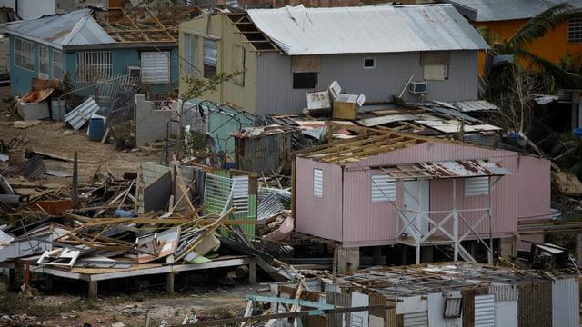 Offensichtlich ärmliche Häuser, die völlig zerstört sind.