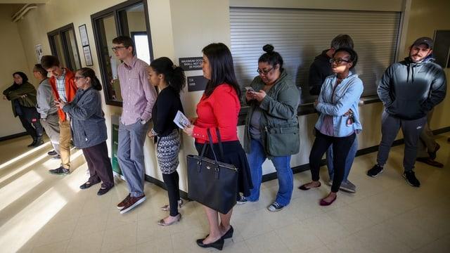 Frauen stehen bei den Vorwahlen in Houston Schlange