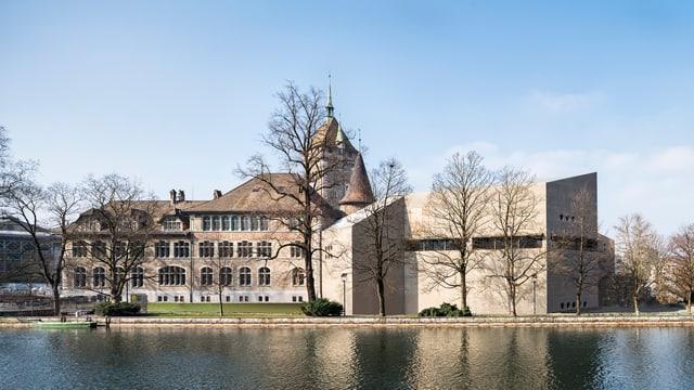 Der Neubau aus Sichtbeton und der Altbau, das Schloss, des Landesmuseum von der Limmat aus gesehen.