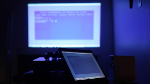 Ein Commodore-64-Bildschirm und dessen Projektion an die Wand.