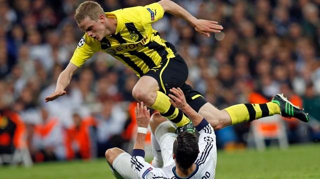 Sven Bender setzt sich gegen Real Madrids Cristiano Ronaldo durch.