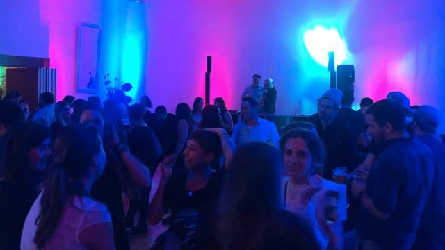 Party, Leute tanzen, DJs legen auf