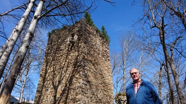 Rico de Castelberg davant la ruina dal chastè da ses antenats.