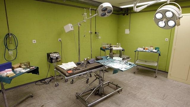 Karg eingerichteter Operationsraum in einem Bunker.