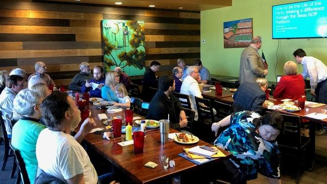 Teilnehmer der Sitzung in einem Restaurant