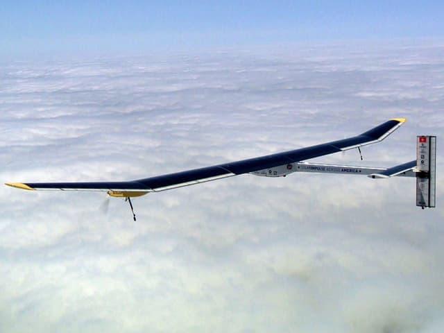 Ein Foto des Solar Impulse, wie es fliegt.