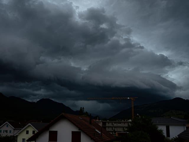 Dunkle Wolken am Himmel.