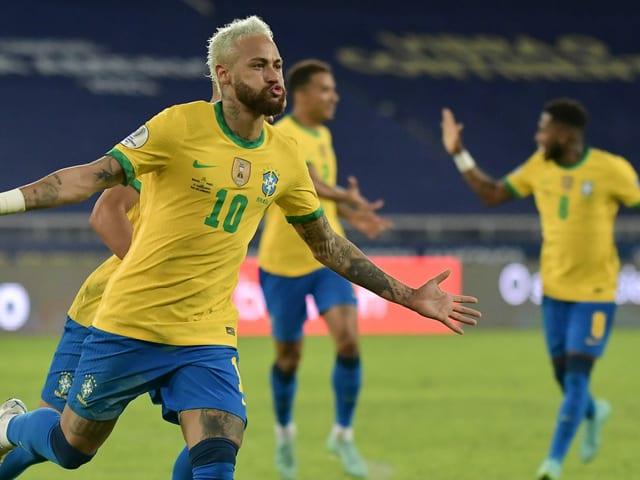 Neymar und seine Teamkollegen jubeln an der Copa