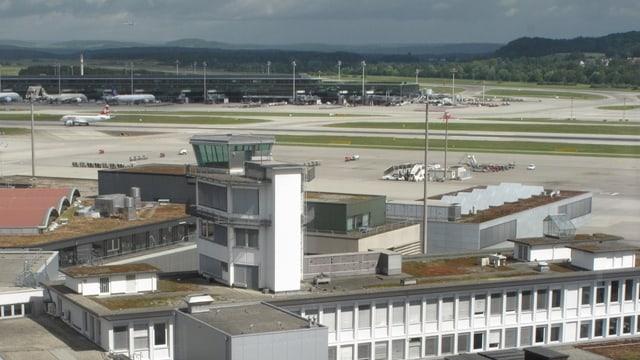 Kontrollturm steht am Flugfeld