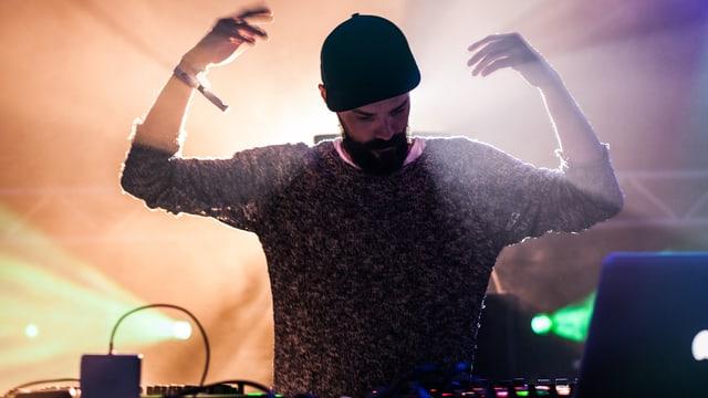 DJ geht ab im Clöb und hat etwas Jesus-artiges