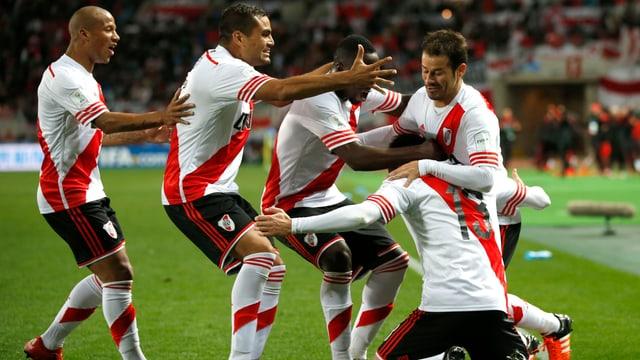Torschütze Lucas Alario wird von seinen Teamkollegen umjubelt.
