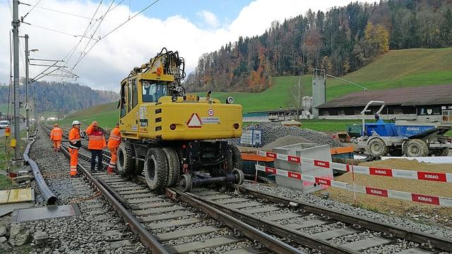 Ein Baukran der BLS auf der Schiene.