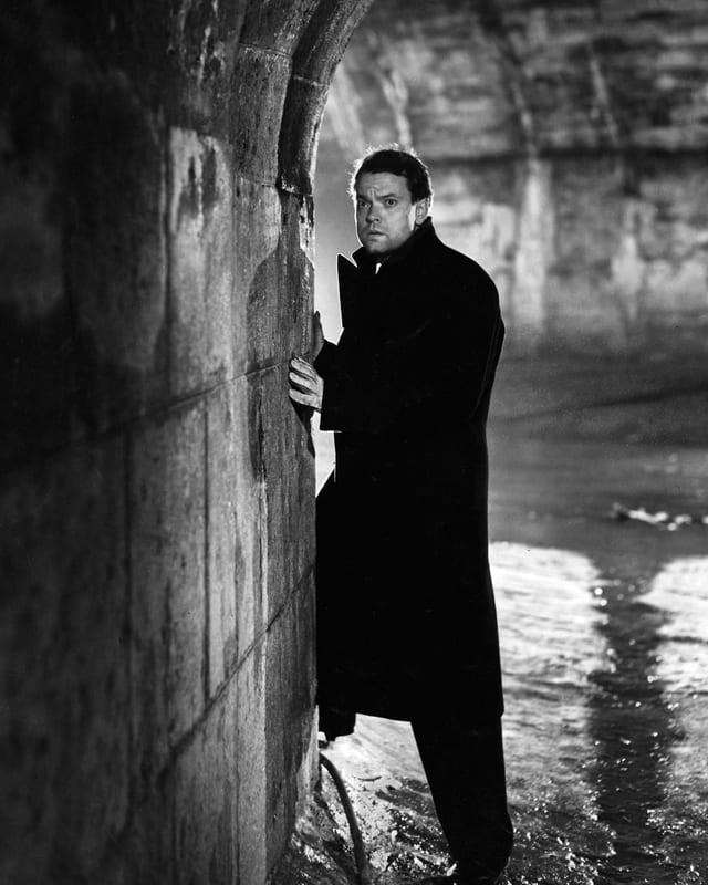 Orson Welles in einer Filmszene in der Kanalisation