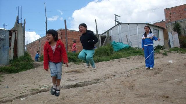 Positive Zuwendung der Eltern erfahren die Kinder in der Stadt La Dorada kaum und regelmässige ausgewogene Mahlzeiten kennen sie nicht.