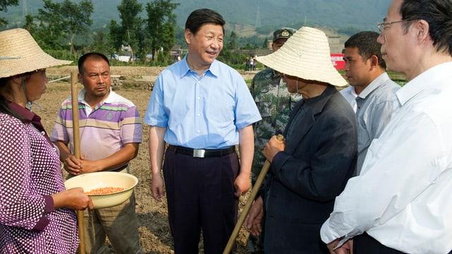 Chinas Staatspräsident Xi JInping bumringt von Bauern