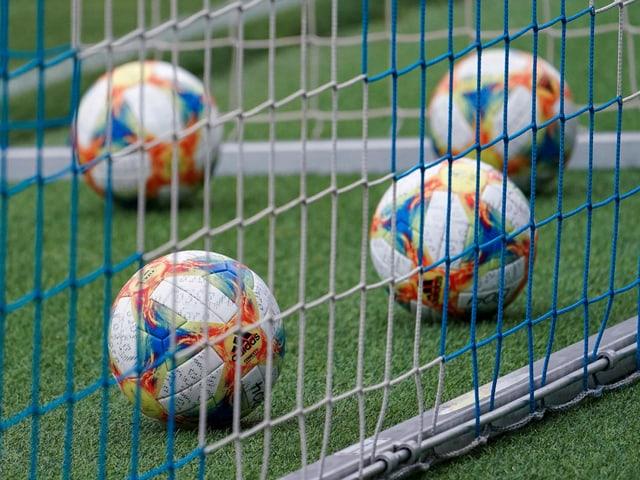 Für 6 chinesische Fussballer rollt der Ball derzeit nicht.