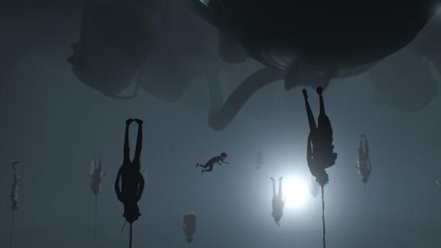 Tote Menschen, die kopfvoran an Seilen hängen. Vom Boden her.