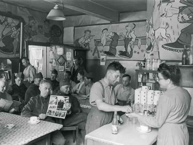 Soldaten sitzen in der Soldatenstube Maienfeld
