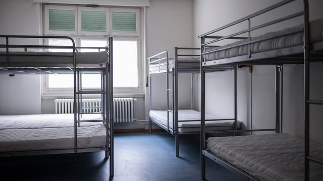 Leere Betten in einem leeren Zimmer