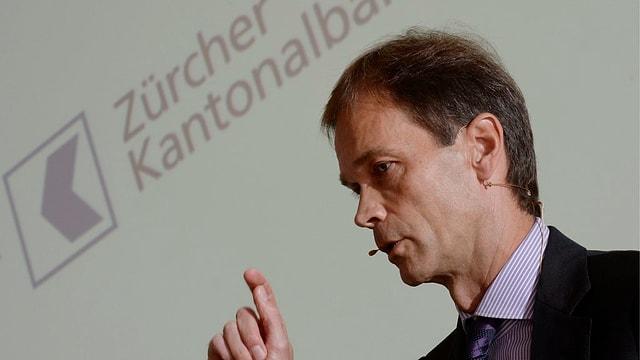 ZKB-Chef Martin Scholl spricht vor dem Logo der Bank