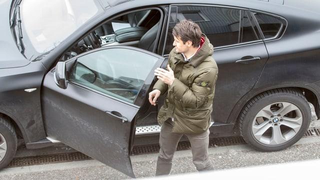 Veroljub Salatic steigt in ein Auto ein.