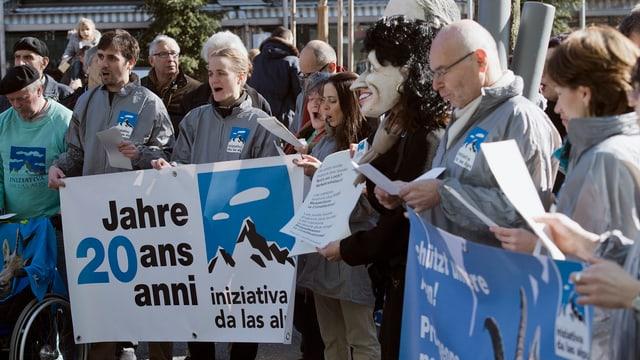 Transparente zur Feier des 20. Jubiläums der Verankerung des Alpenschutzes in der Verfassung.