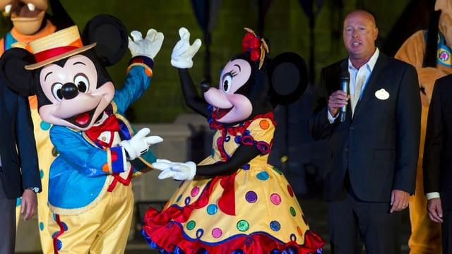 Bob Chapek, an der Seite von Mickey und Minnie Mouse