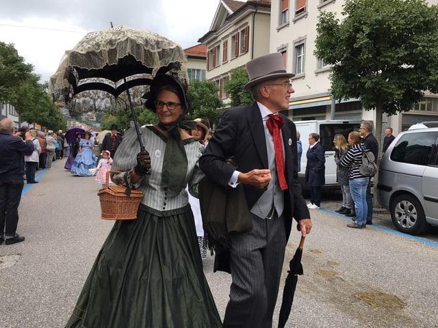 Frau und Mann in Biedermeier-Kostümen bei  Umzug