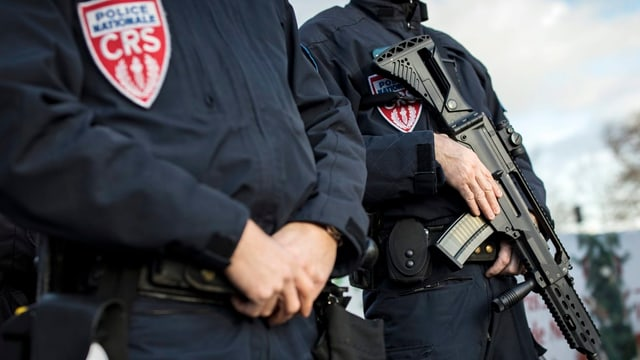 Französische Polizeikräfte mit Waffen.