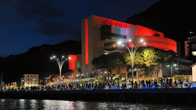 Rot beleuchtetes Casino, vom See aus fotografiert.