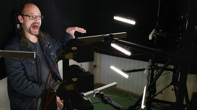 Reto Widmer von SRF Digital spielt Schauspieler.