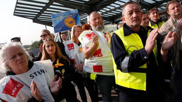 Gewerkschaftsmitglieder nehmen am Warnstreik teil am Flughafen Berlin Tegel Ende April.