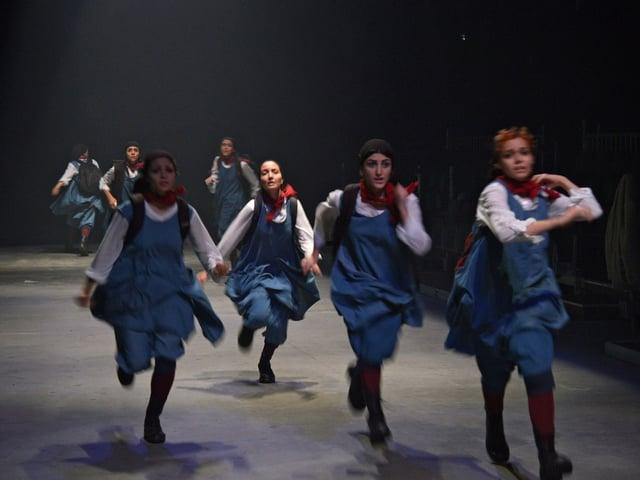 Die jungen Frauen rennen in Uniform.