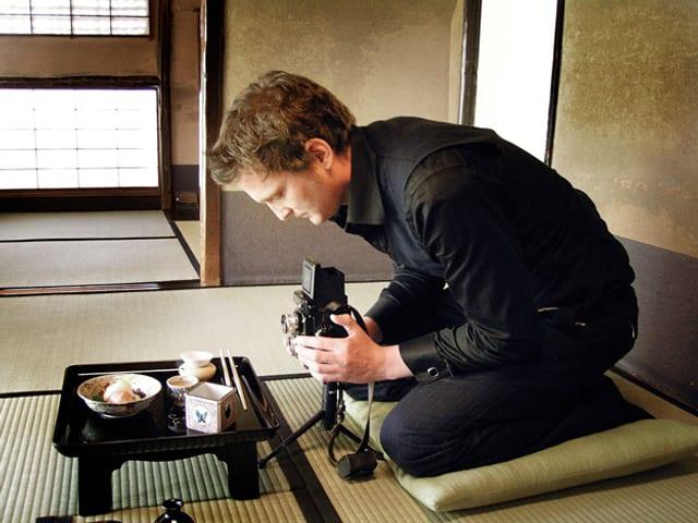 Sylvan Müller fotografiert mit einer alten Kamera Sushi