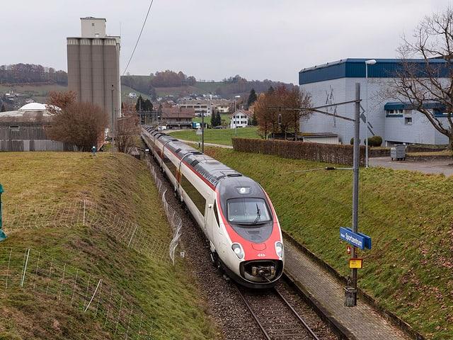 Zug auf der Teststrecke der Emmentalbahn