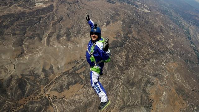 Luke Aikins in der Luft.
