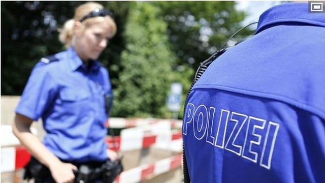 Aufschrift Polizei auf blauem Hemd