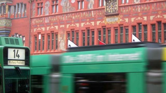 BVB-Tram vor dem Basler Ratshaus.