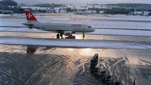 Flugzeug auf einer verschneiten Piste.