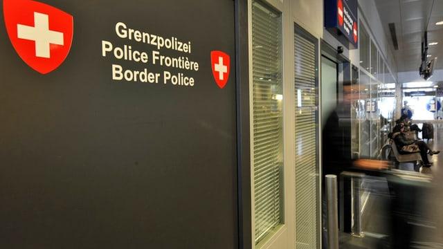 Schalter der Grenzwache am Flughafen Basel-Mulhouse