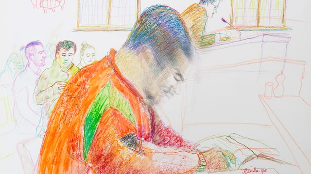 Ein junger Mann mit orangem Pullover vor Gericht
