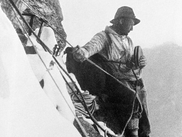 Bergsteiger Heinrich Harrer isst ein Butterbrot während der Erstbesteigung der Eigernordwand