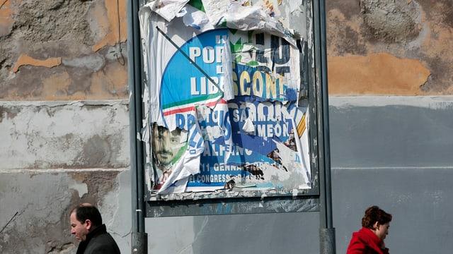 Zerrissene Wahlplakate in Rom.