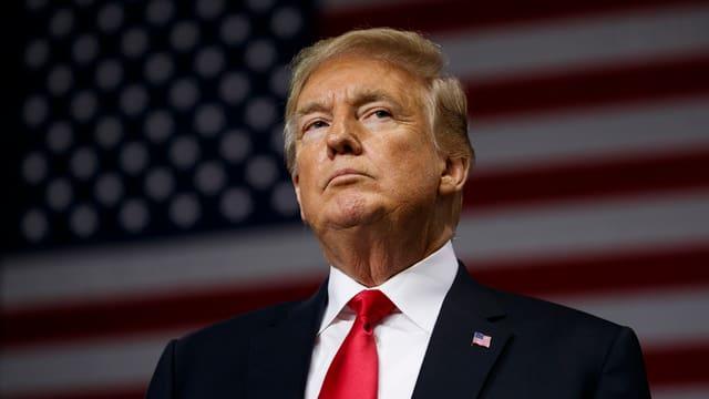 Trump vor US-Flagge