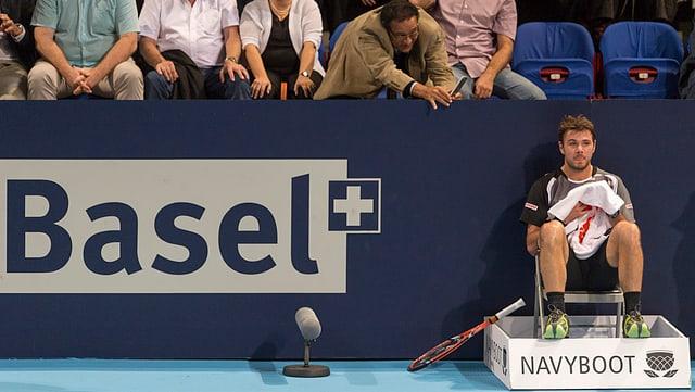 Stan Wawrinka nimmt auf einem Linienrichter-Stuhl Platz.