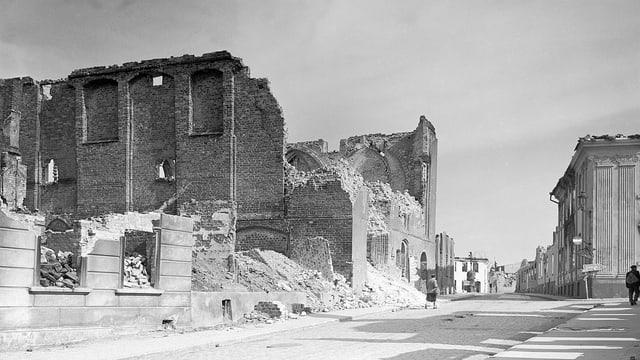 eine schwarz-weiss Aufnahme einer zertrümmerten Stadt