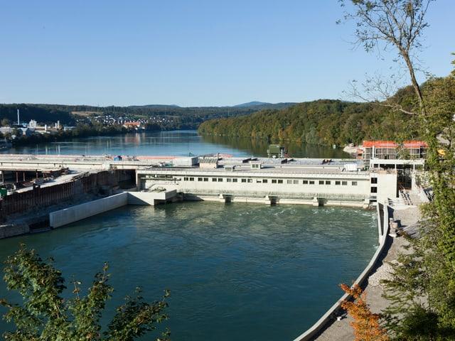 Die Schleuse des Kraftwerks in Rheinfelden von oben