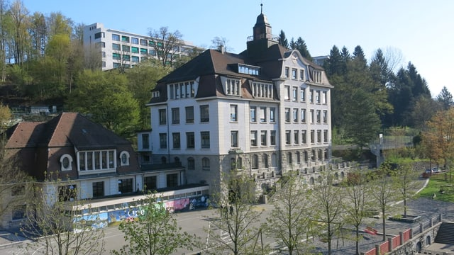 Aussenansicht des St.-Karli-Schulhauses in der Stadt Luzern.
